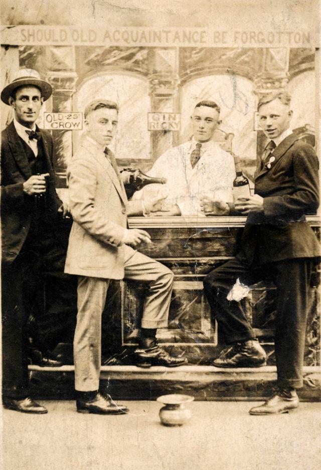 People Drinking Beer 1900s 12 - За день до Сухого закона: фото американцев, которые кутят перед запретом алкоголя в 1920-м