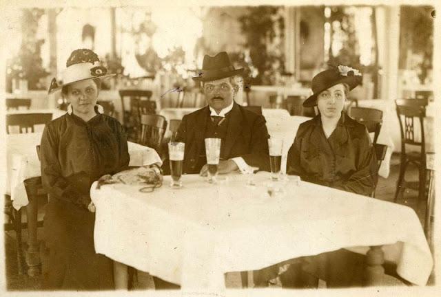 People Drinking Beer 1900s 13 - За день до Сухого закона: фото американцев, которые кутят перед запретом алкоголя в 1920-м