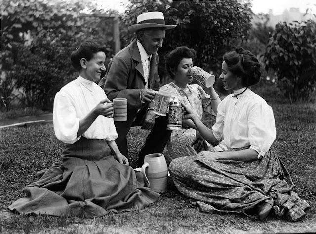 People Drinking Beer 1900s 19 - За день до Сухого закона: фото американцев, которые кутят перед запретом алкоголя в 1920-м