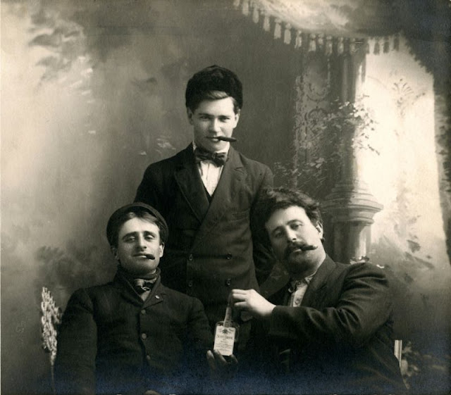 People Drinking Beer 1900s 2 - За день до Сухого закона: фото американцев, которые кутят перед запретом алкоголя в 1920-м