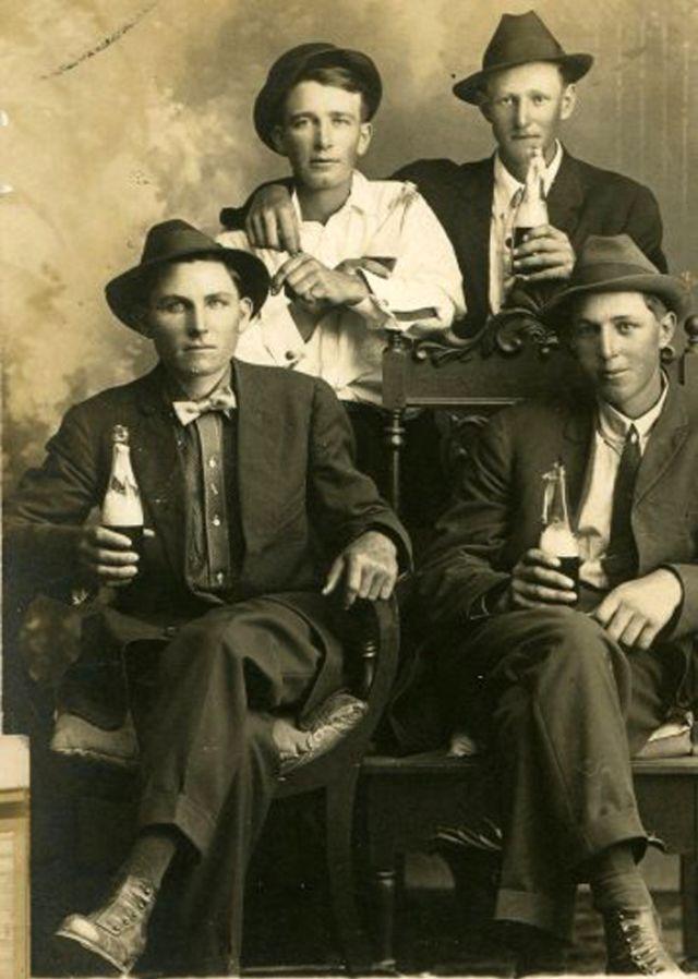 People Drinking Beer 1900s 20 - За день до Сухого закона: фото американцев, которые кутят перед запретом алкоголя в 1920-м