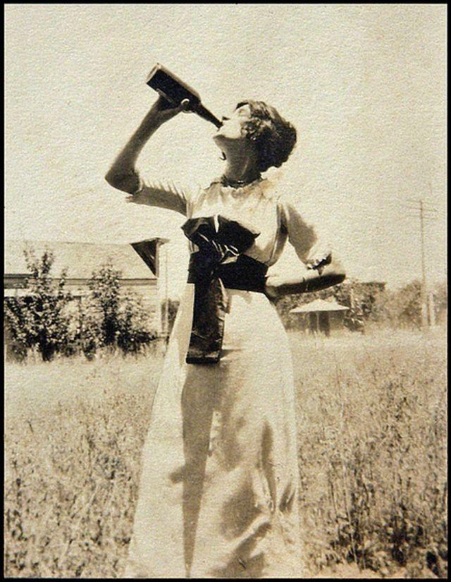 People Drinking Beer 1900s 23 - За день до Сухого закона: фото американцев, которые кутят перед запретом алкоголя в 1920-м