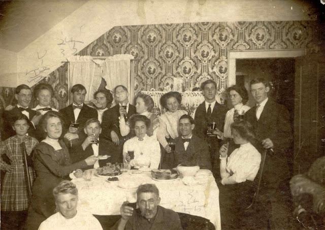 People Drinking Beer 1900s 25 - За день до Сухого закона: фото американцев, которые кутят перед запретом алкоголя в 1920-м