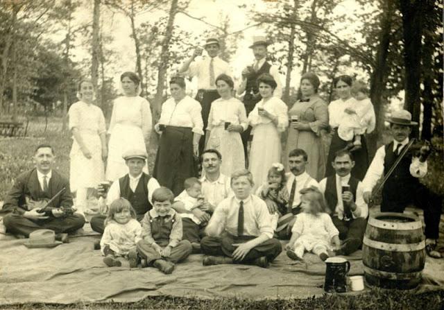 People Drinking Beer 1900s 28 - За день до Сухого закона: фото американцев, которые кутят перед запретом алкоголя в 1920-м