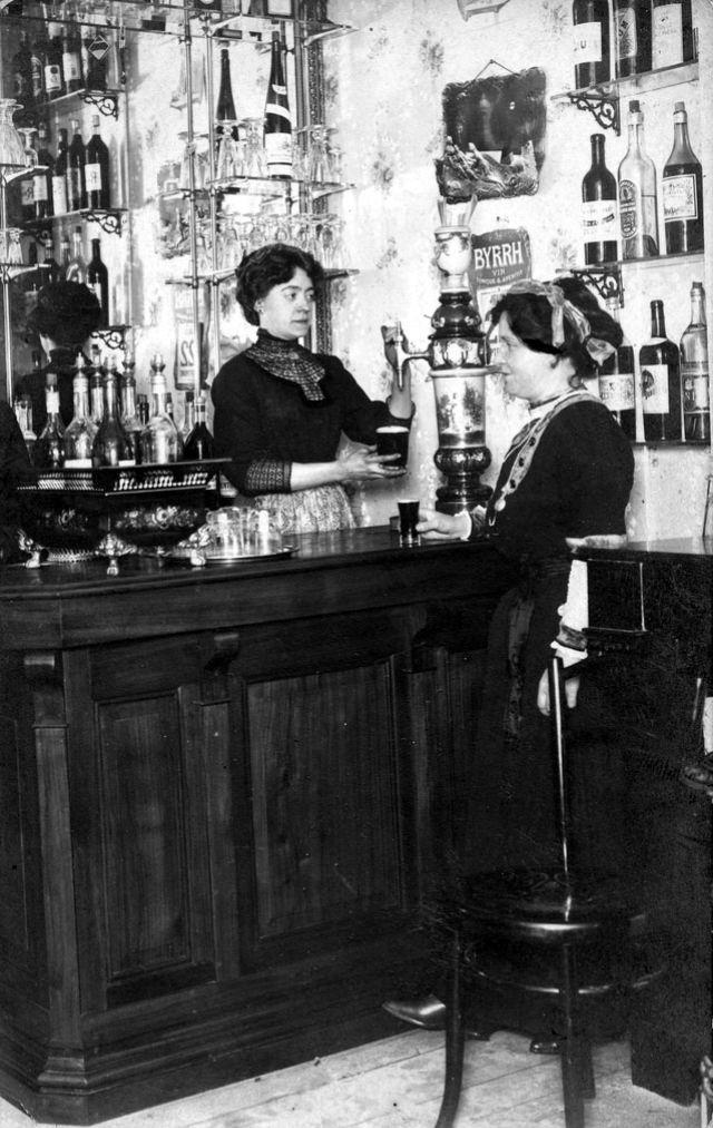 People Drinking Beer 1900s 29 - За день до Сухого закона: фото американцев, которые кутят перед запретом алкоголя в 1920-м