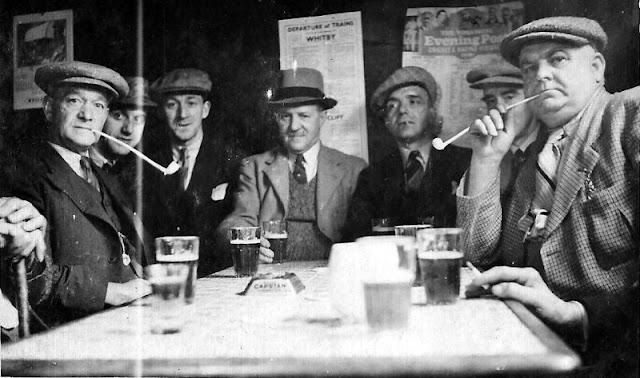 People Drinking Beer 1900s 3 - За день до Сухого закона: фото американцев, которые кутят перед запретом алкоголя в 1920-м