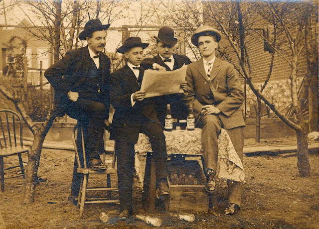 People Drinking Beer 1900s 4 - За день до Сухого закона: фото американцев, которые кутят перед запретом алкоголя в 1920-м