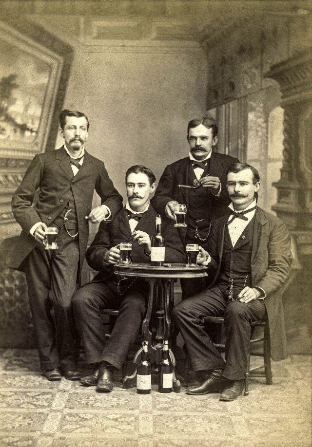 People Drinking Beer 1900s 6 - За день до Сухого закона: фото американцев, которые кутят перед запретом алкоголя в 1920-м