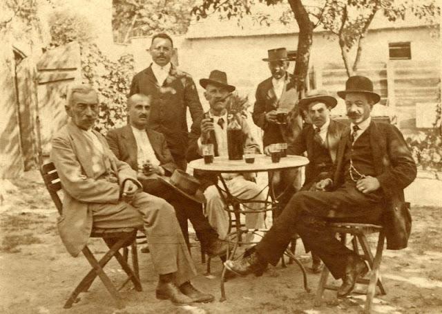 People Drinking Beer 1900s 7 - За день до Сухого закона: фото американцев, которые кутят перед запретом алкоголя в 1920-м