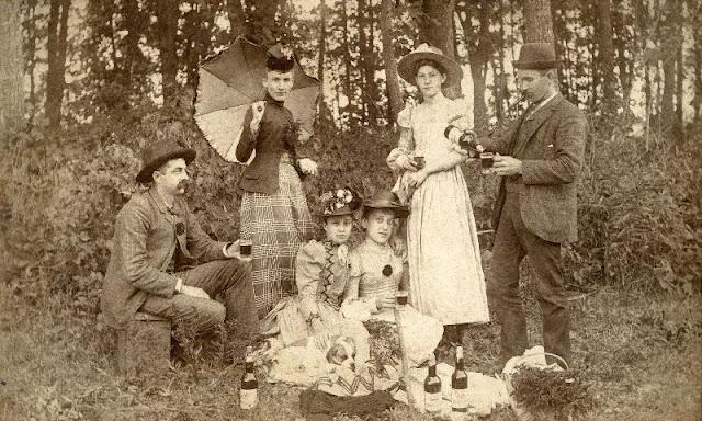 People Drinking Beer 1900s 8 - За день до Сухого закона: фото американцев, которые кутят перед запретом алкоголя в 1920-м