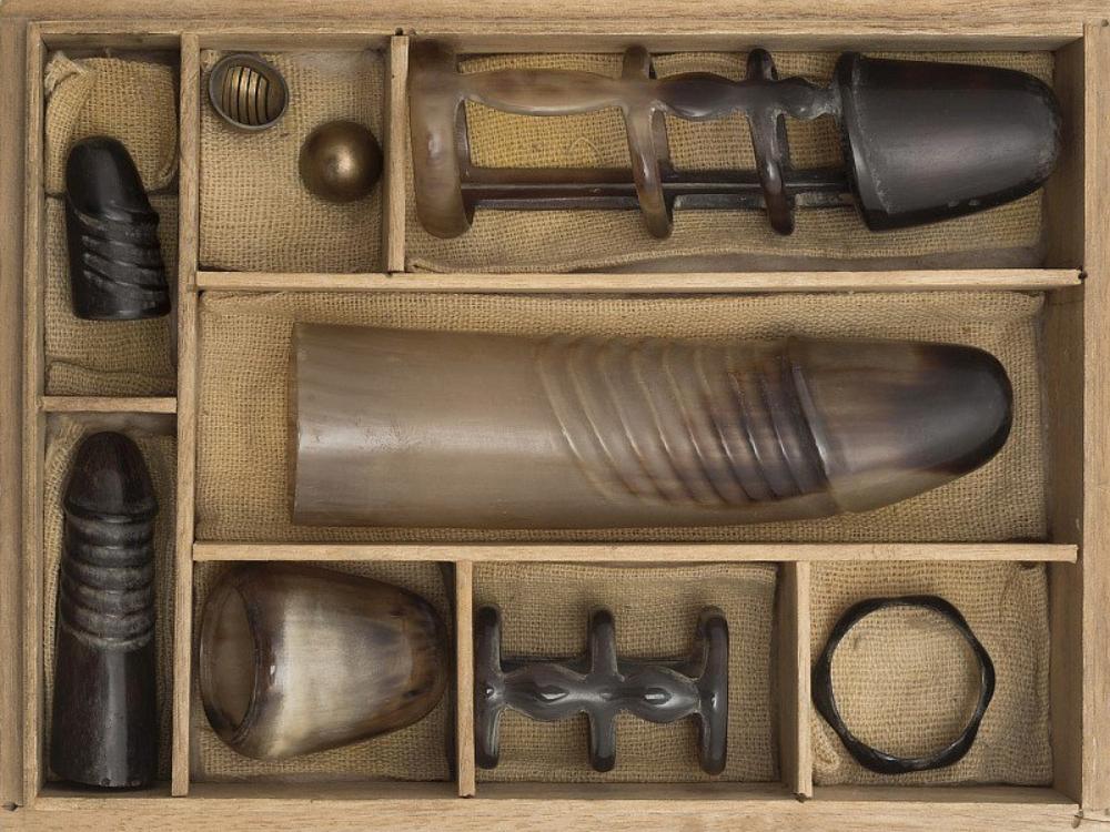 sexual aids in wooden box 2 - Находка дня: коллекция старинных японских фаллоимитаторов, принадлежавших знатной даме